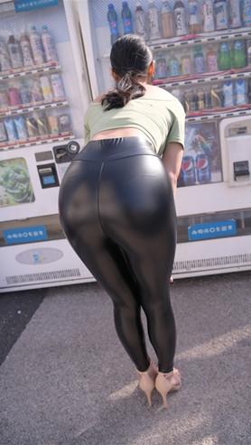 魔镜街拍 (套图一)黑色紧身皮裤小姐姐(420P)[7.79G/JPG]封面图片