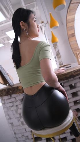 魔镜街拍 (视频)黑色紧身皮裤小姐姐[6.5G/MP4]封面图片